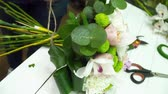 flora : Florist woman making a beautiful bouquet on the table Stock Footage