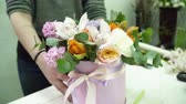 decorador : Florist creating a bouquet in the box in the florist shop