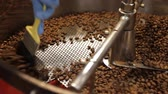 střední : Coffee Bean Stir Finished. An employee brushes through the roasted beans as the sifter moves. 2 Varied Shots. dolly
