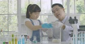 sala de aula : Little Asian student girl learning about laboratory rat in science experiment laboratory class.