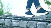 tkanička : A young girl walks on the edge of the roof in black sneakers. Dostupné videozáznamy