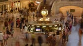 фокус : Timelapse video of rush hour at Grand Central Station, NYC. Time lapse video at the main train station of New York, closeup on the clock.