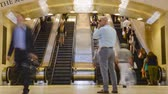 escada rolante : Timelapse video in 4k of many people on esclators during the rush hour. Time lapse video of the escalators in Grand Central Station, NYC. Crowd of unrecognizable people walking during rush hours.
