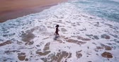 traçado : Top view of a woman running to the ocean