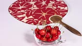 alimentos crus : Fresh cherries and japanese fan