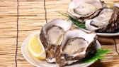 устрица : Fresh oysters with lemon