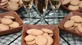 белое вино : Biscuits and glass of wine reflecting in the mirror