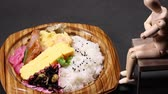 contorni : Bento (lunch box) and Wooden Doll Filmati Stock