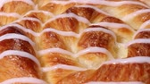 焼いた : Danish pastry close up rotating