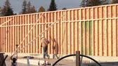 přípravě : construction worker walks along newly built wall