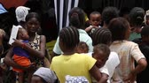 бедность : lines of people at vaccination clinic in Haiti