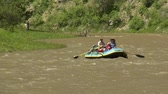 faaliyetler : Raft floats down river on small rapids Stok Video
