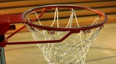 obrana : Rack focus of basketball hoop in gym