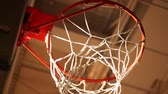 obrana : Rack focus of basketball hoop from below
