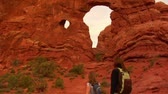 irmãs : Two female hikers on Turret Arch tilt down