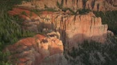 penhasco : aerial shot of Bryce Canyon national Park circle forested cliff face