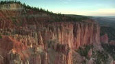 falésias : aerial shot of Bryce Canyon national Park passing low over cliffs