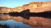 kumtaşı : campsite and Colorado River, red rock cliffs at sunset Stok Video