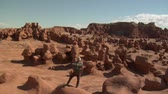 kumtaşı : man stands on Boulder goblin Valley Utah Stok Video