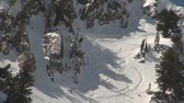 penhasco : Skiier trapped in too-challenging terrain