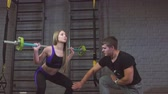 halter : Group of people exercising with barbell in gym Stok Video