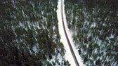 maravilha : Slow Drone Flying Overthe Snowy Road in the Middle of the Woods - Cold Winter Day, Mist Over Trees