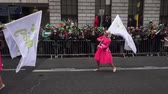 марш : St Patricks Day Dublin Parade Women In Pink Dresses