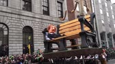 barvy : St Patricks Day Parade Dublin Man on Large bench