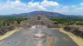 asteca : Aerial view of the Moon pyramid in the ceremonial complex of Teotihuacan in Estado de Mexico, Mexico. (TAKE 1) Vídeos