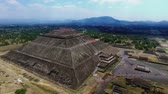 asteca : Aerial view of the Sun pyramid in the ceremonial complex of Teotihuacan in Estado de Mexico, Mexico. (TAKE 5) Vídeos