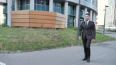 investidor : Walking Young Businessman to Office