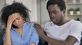 愛好家 : African Man Comforting Upset Crying Girlfriend