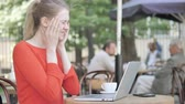 csalódottság : Young Woman with Headache Using Laptop Sitting in Cafe Terrace