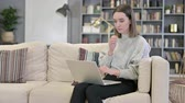 échec : Young Woman reacting to Failure on Laptop on Sofa