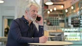 carte bancaire : Old Man Talking on Smartphone in Cafe Vidéos Libres De Droits