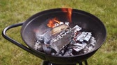 burn out : Achtertuin houtskool barbecue is vlammend