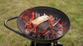 konvice : Backyard charcoal barbecue grill is flaming in slow motion Dostupné videozáznamy