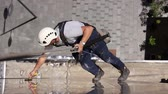 suporte : Time lapse of above view on young man, industrial climber at work, he is washing building facade. Stock Footage