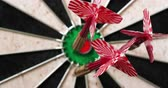 flechette : 4K - Dart hits the bullseye. Dartboard defocused view Vidéos Libres De Droits