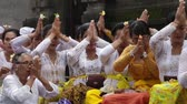 cultura thai : UBUD, BALI, INDONESIA - MARCH 25, 2018: Unidentified Indonesian people celebrate Balinese New Year. Women and men Vídeos
