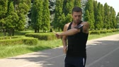 načasování : Athletic man jogging in the park and checking smart phone fitness tracker app