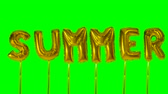 soletrar : Word summer from helium golden balloon letters floating on green screen