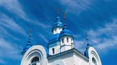 moderno : Blue shining in the sun bathed the white Ukrainian church. Timelapse. Vídeos
