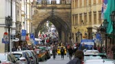 romanesk : Crowd of people walking on the streets of Prague, Czech Republic Stok Video