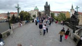 Československo : Crowd of people walking along the Charles Bridge, Prague, Czech Republic