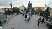 Československo : Crowd of tourists walking along the Charles Bridge, Prague, Czech Republic Dostupné videozáznamy