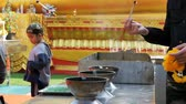 crença : People Light Incense Sticks with Smoke in Buddhist Temple. Thailand. Pattaya