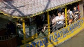 heyecan verici : Pattaya Floating Market. Big Tourist Wooden Boat moving along the water. Thailand