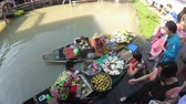 empolgante : Asian salesman on small boat with fruits and vegetables sells the goods. Pattaya Floating Market