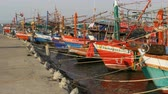 рыбаки : Many different old wooden fishing boats at the pier. Thailand. Asia. Pattaya Стоковые видеозаписи